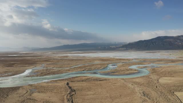 vídeos y material grabado en eventos de stock de aerial of the vast landscapes of the altai in western mongolia near to ulgii. - estepa