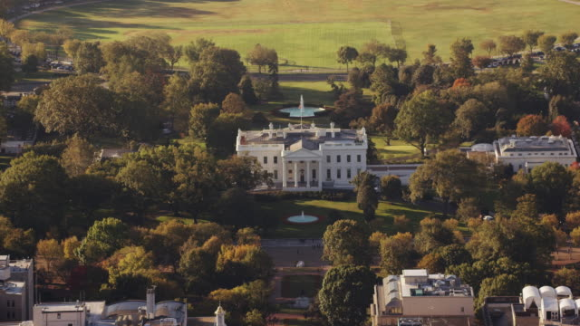 aerial of the white house daytime washington d.c. - weißes haus stock-videos und b-roll-filmmaterial