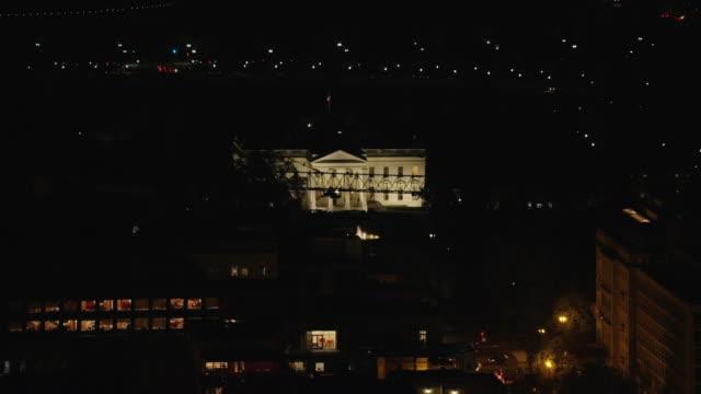 vidéos et rushes de aerial of the white house with lights on, night washington dc - la maison blanche