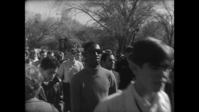 vidéos et rushes de aerial of thousands of protestors outside the lincoln memorial / demonstrators seated on the ground with washington monument in the background /... - 1967