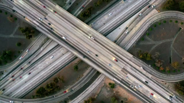 vídeos de stock e filmes b-roll de aerial of traffic on freeways - nó de junção de autoestrada