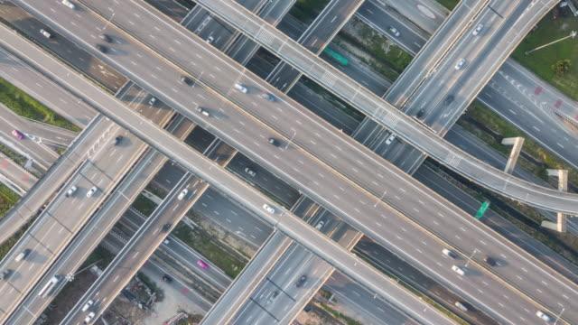 luftdestoluft auf autobahnen - straßenüberführung stock-videos und b-roll-filmmaterial
