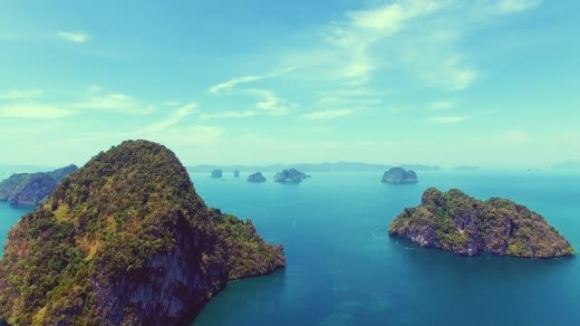 vídeos y material grabado en eventos de stock de antena de los acantilados del mar tropical en tailandia - islas phi phi