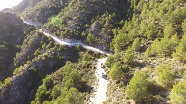 vídeos de stock e filmes b-roll de aerial of two cars driving in the mountains - carro 4x4