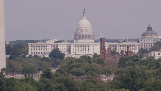 vidéos et rushes de aerial of united states capitol building, washington d.c., daytime - le capitole