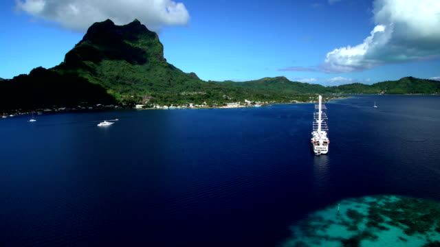 aerial of vacation cruise ship in south pacific - insel tahiti stock-videos und b-roll-filmmaterial