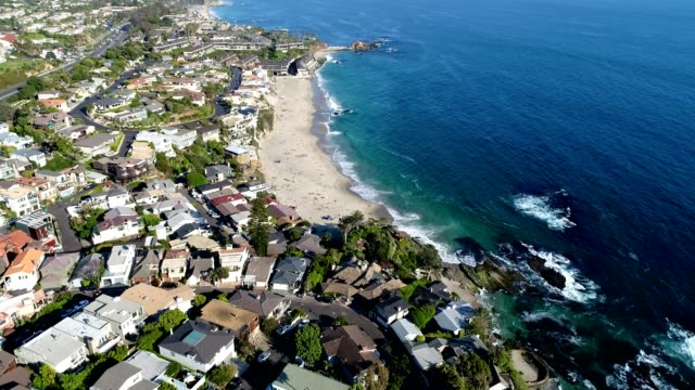 vídeos de stock, filmes e b-roll de aerial of victoria beach in laguna beach, california - laguna