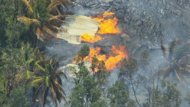 vídeos y material grabado en eventos de stock de aerial of volcanic lava destroying property kilauea hawaii - 2018