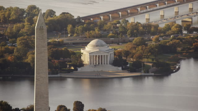 vidéos et rushes de aerial of washington monument, beautiful morning, washington d.c. - jefferson memorial