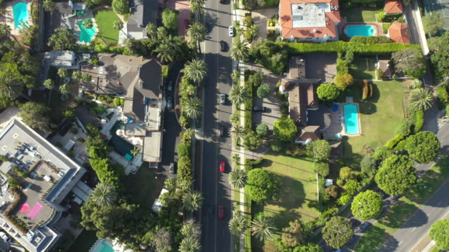 stockvideo's en b-roll-footage met aerial of wealthy beverly hills neighborhood - beverly hills californië