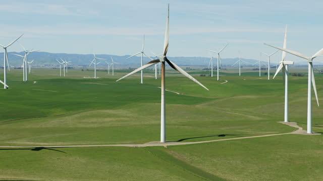 vídeos y material grabado en eventos de stock de aerial of wind turbines electrical energy source usa - california del norte