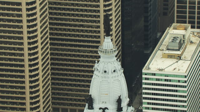 stockvideo's en b-roll-footage met aerial orbit and zoom out from philadelphia city hall statue - philadelphia pennsylvania