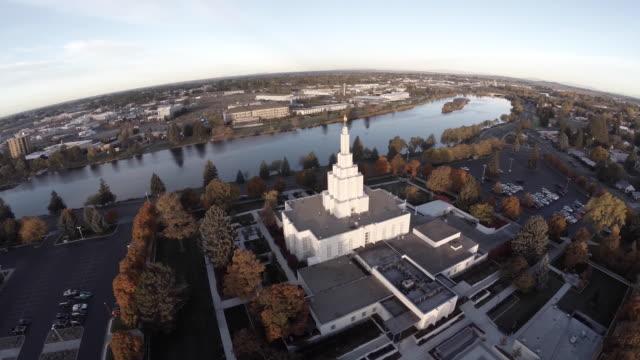 aerial orbit of idaho falls lds mormon temple - スネーク川点の映像素材/bロール