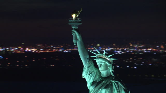 aerial orbit statue of liberty closeup at night - freiheitsstatue stock-videos und b-roll-filmmaterial