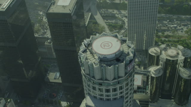 vídeos de stock, filmes e b-roll de aerial orbit us bank in downtown los angeles - helicopter landing pads