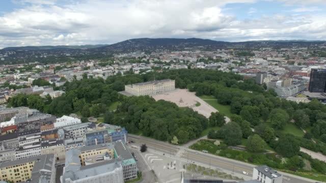 vídeos de stock, filmes e b-roll de aerial / oslo city centre: royal palace, palace park, national theatre, universities, theatres and public houses - países nórdicos