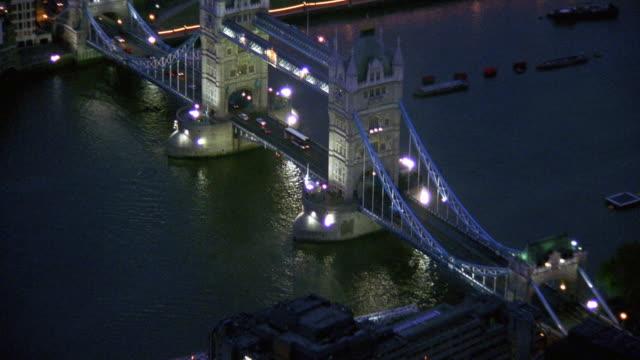 aerial over and around tower bridge at night / london - 跳開橋点の映像素材/bロール