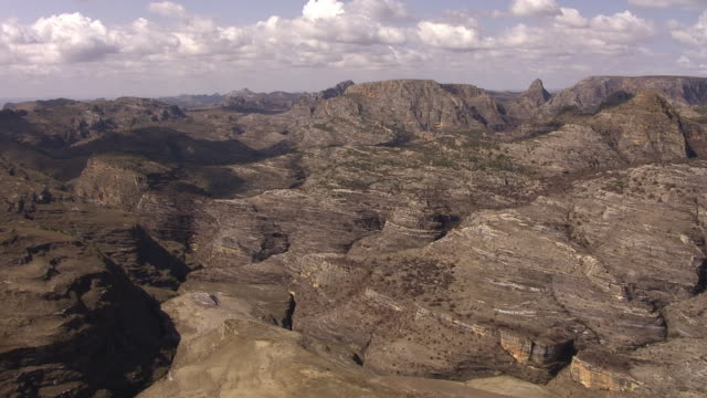 "stockvideo's en b-roll-footage met aerial over arid rocky landscape, madagascar - ""bbc natural history"""