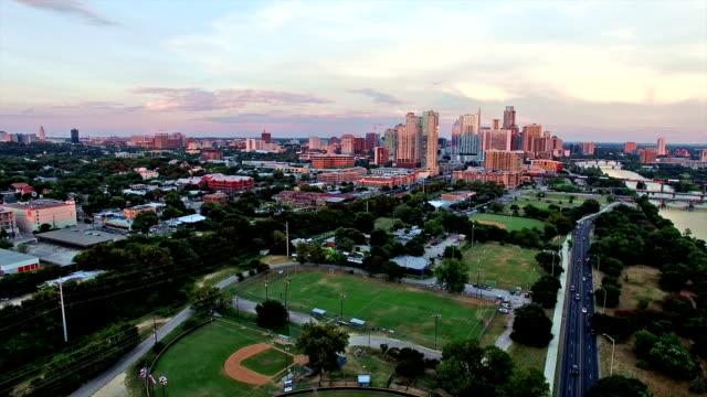 航空写真: 野球場、テキサスの丘の国シーン オースティン テキサス スカイライン塗装ピンクとオレンジ色すばらしい夕日から - hill点の映像素材/bロール