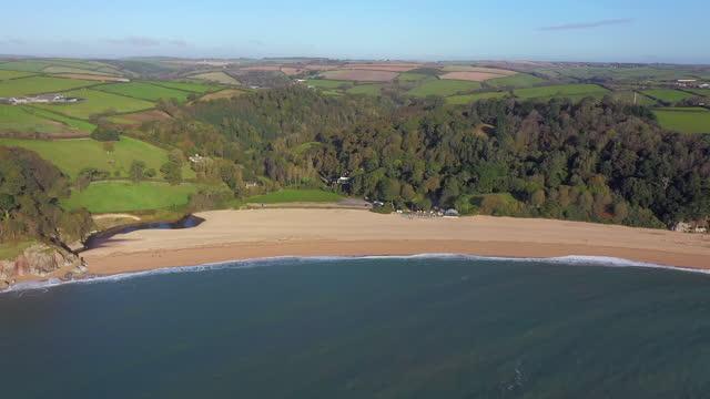 vídeos y material grabado en eventos de stock de aerial over blackpool sands, near dartmouth, devon, england, united kingdom - devon