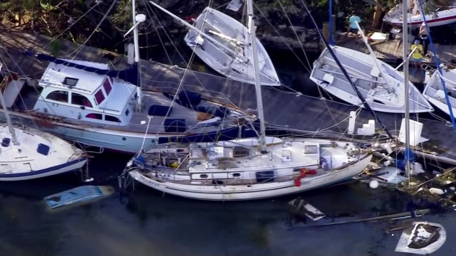 vidéos et rushes de aerial over boats and docks in biscayne bay in miami. overall debris from hurricane irma, a category 4 hurricane from hurricane irma. - biscayne bay