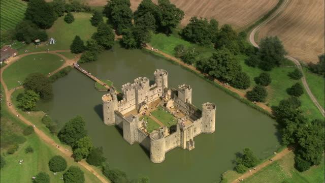 vídeos y material grabado en eventos de stock de aerial over bodiam castle surrounded by moat / east sussex, england - patio de edificio