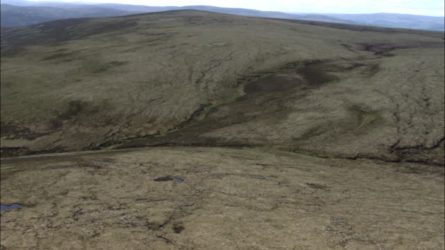 vídeos de stock e filmes b-roll de aerial over boggy moorland, scotland, uk - lamaçal