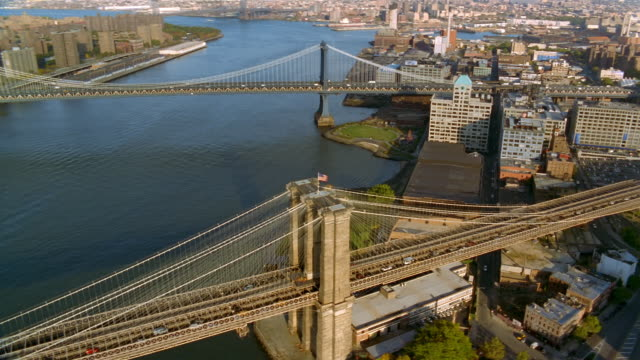 vídeos de stock, filmes e b-roll de aerial over brooklyn and manhattan bridges in brooklyn / new york city - manhattan bridge