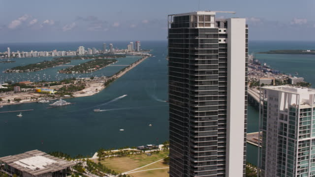 stockvideo's en b-roll-footage met aerial over buildings in downtown miami sunny beautiful day fl - macarthur causeway bridge