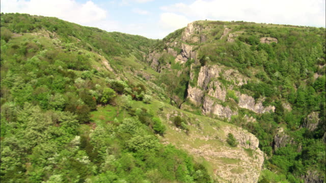 aerial over cheddar gorge, somerset, uk - cheddar gorge stock videos & royalty-free footage