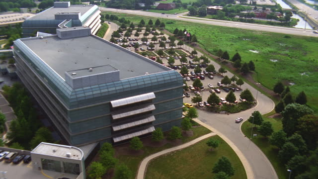 aerial over chrysler headquarters in chicago - geografische lage stock-videos und b-roll-filmmaterial