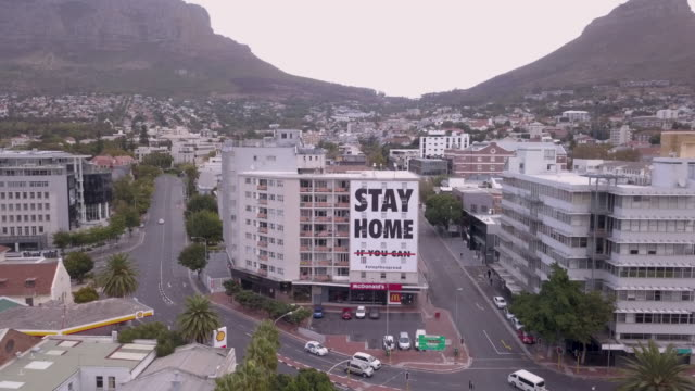 stockvideo's en b-roll-footage met luchtlucht over stad van kaapstad tijdens corona virus lockdown, met lege straten - stilstaande camera