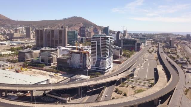 vidéos et rushes de aérien au-dessus de la ville du cap pendant le verrouillage de virus de corona, avec des rues vides - lockdown