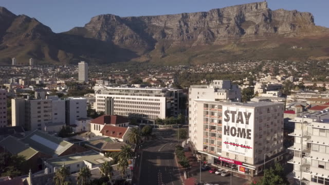 vídeos de stock e filmes b-roll de aerial over city of cape town during corona virus lockdown, with empty streets - parado