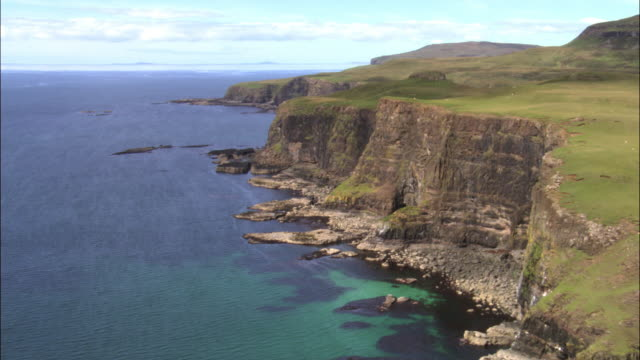 aerial over cliffs and sea, isle of skye, scotland, uk - insel skye stock-videos und b-roll-filmmaterial