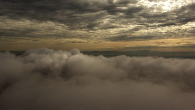 aerial over cloud, uganda - 空気感点の映像素材/bロール