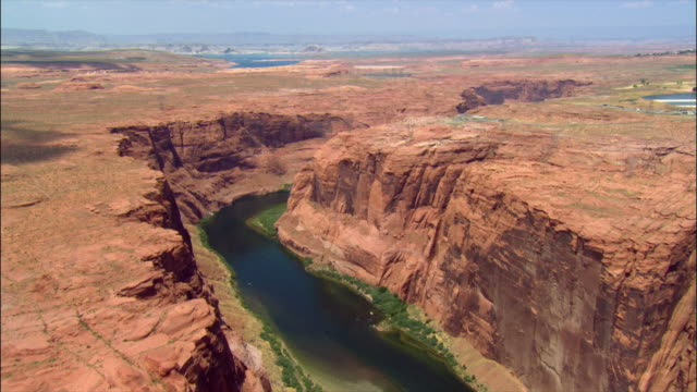 vidéos et rushes de aerial over colorado river canyon / page, arizona - aride