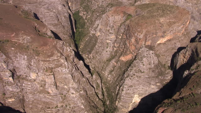 "stockvideo's en b-roll-footage met aerial over deep rock gorge, madagascar - ""bbc natural history"""