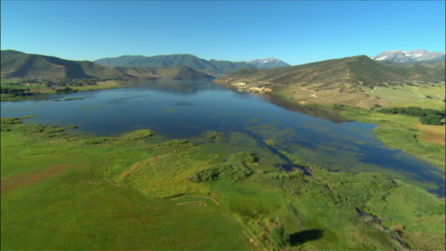 vidéos et rushes de aerial over deer creek reservoir / snow-capped mount timpanogos in background / provo, utah - provo