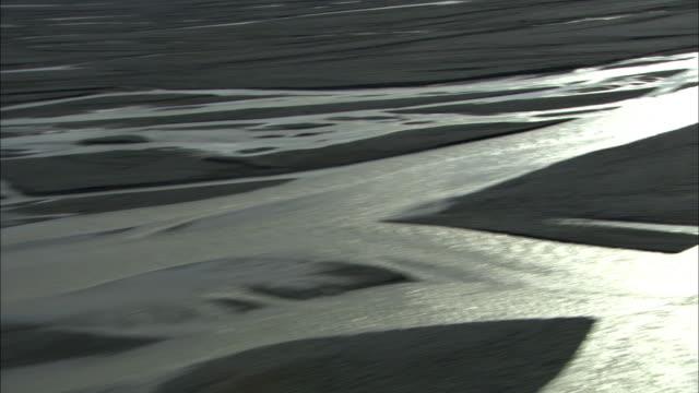 vidéos et rushes de aerial over dozens of rivers reflecting sun, eyjafjallajokull, iceland, april 2010 - 2010