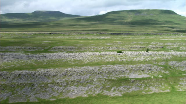 aerial over dry stone wall and limestone pavement, yorkshire dales, uk - 石灰岩点の映像素材/bロール
