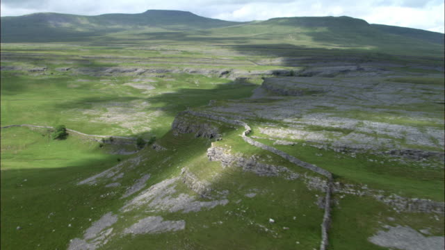 aerial over dry stone walls and limestone features, yorkshire dales, uk - 石灰岩点の映像素材/bロール