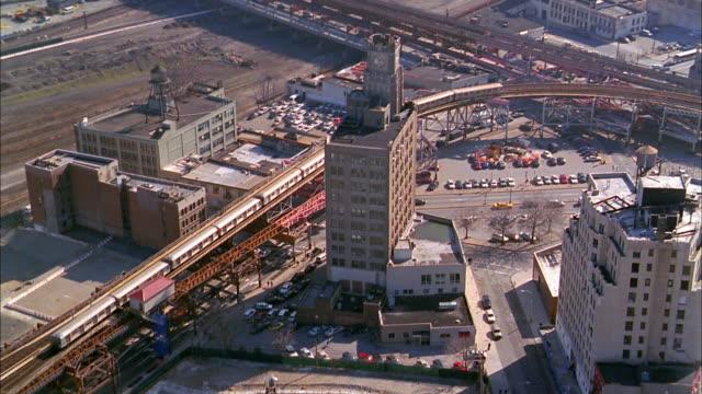 vidéos et rushes de aerial over elevated subway tracks and buildings / long island city, queens - queens