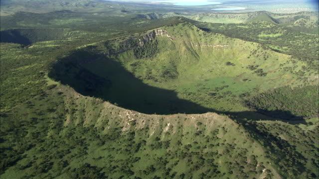 vídeos y material grabado en eventos de stock de aerial over extinct volcanic crater, uganda - volcán extinguido