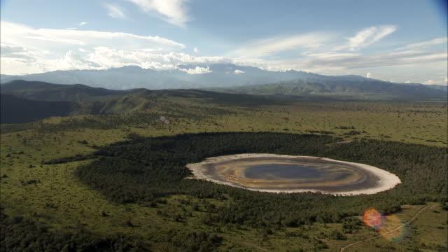 vídeos y material grabado en eventos de stock de aerial over forest and extinct volcanic crater lake, uganda - parque nacional crater lake