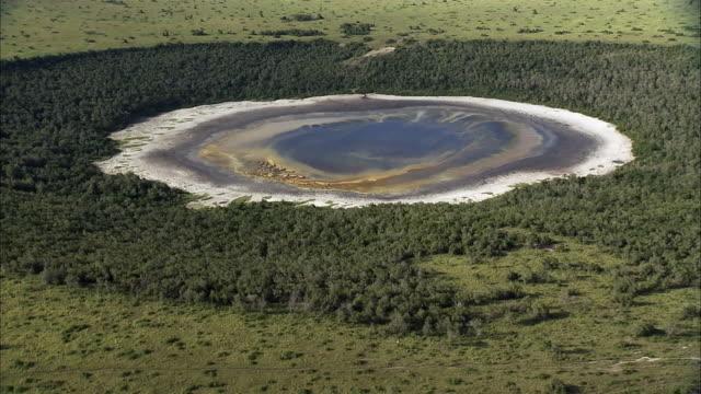 vídeos y material grabado en eventos de stock de aerial over forest and extinct volcanic crater lake, uganda - volcán extinguido
