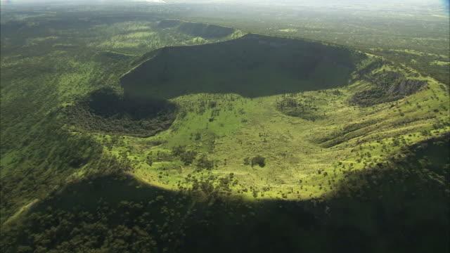 vídeos y material grabado en eventos de stock de aerial over forest and extinct volcanic crater, uganda - volcán extinguido
