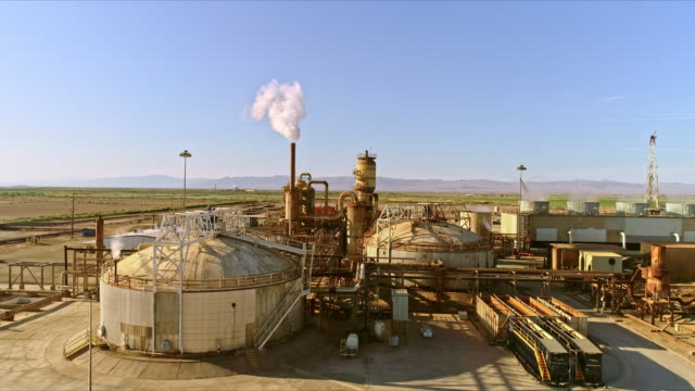 ws aerial over geothermal power plant exploiting superheated liquids underneath salton sea landscape - stromnetz stock-videos und b-roll-filmmaterial