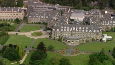 vídeos de stock, filmes e b-roll de aerial over gleneagles hotel / zoom out over gleneagles golf course / perth and kinross, scotland - obstáculo de água