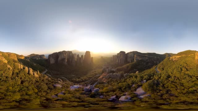 vídeos de stock, filmes e b-roll de 360 aerial over greek meteora - grécia